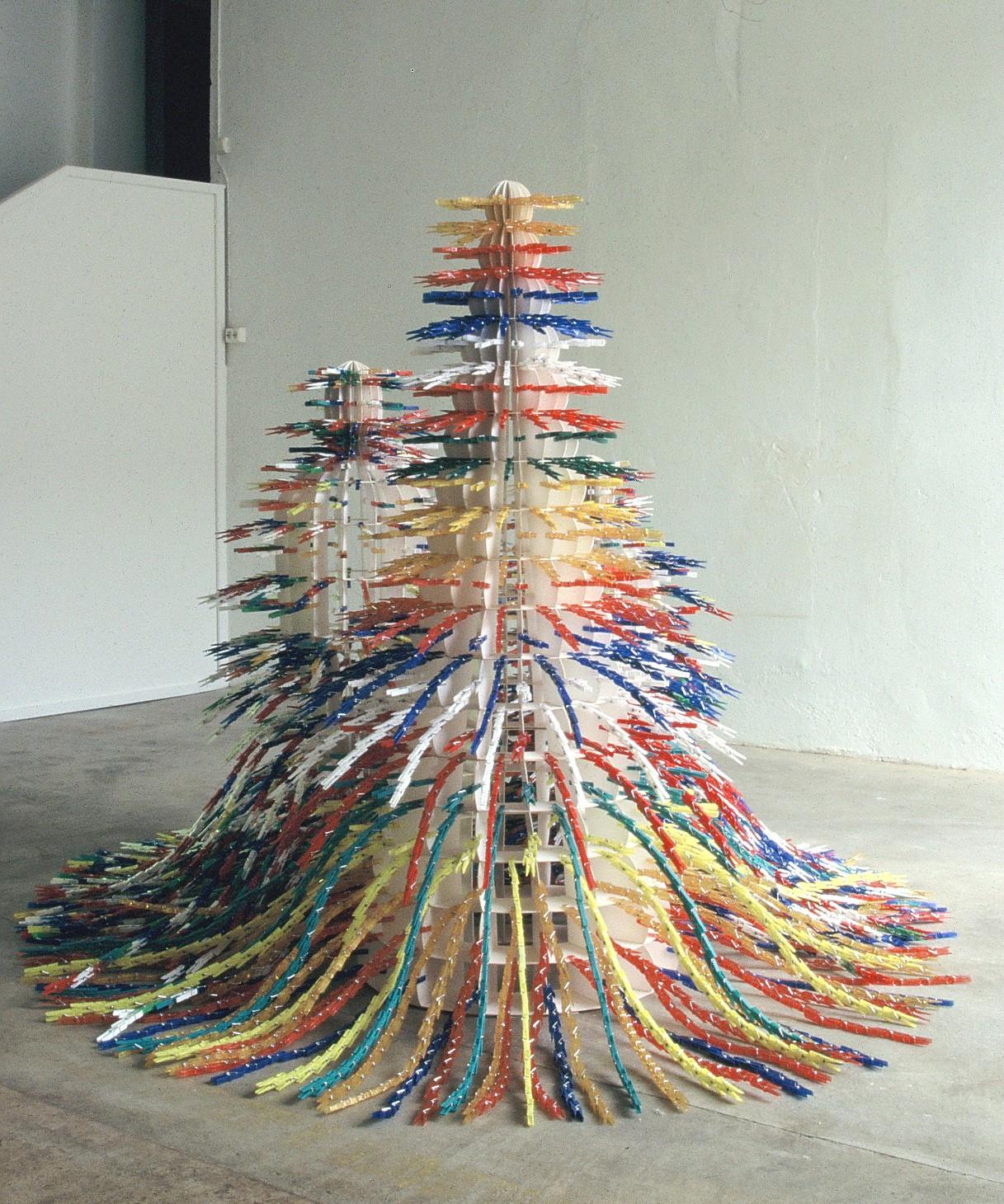 Skulptur med klesklyper nr 1
